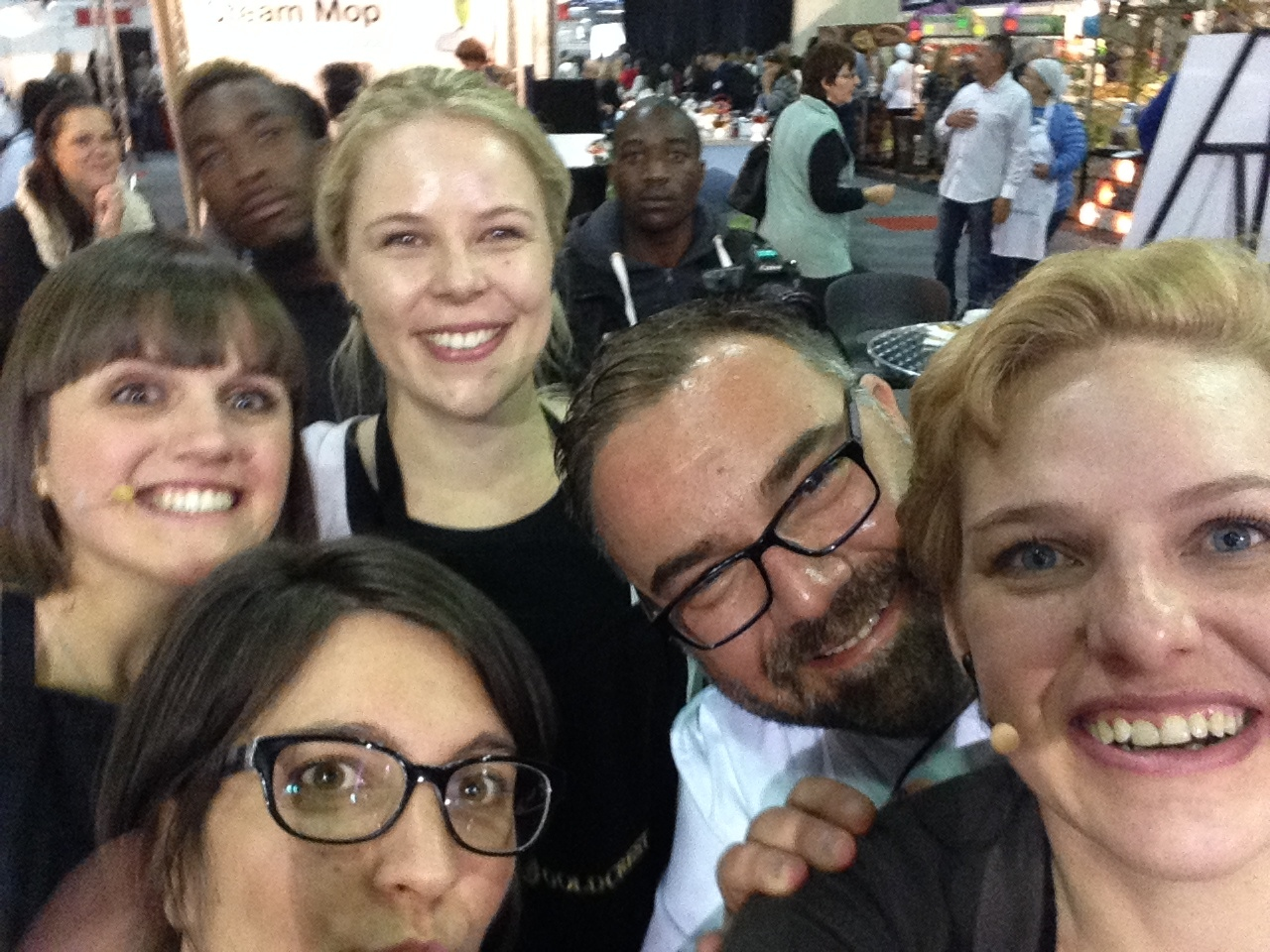 Clockwise from the back: Lauren, Harry, Syllable, Leila, Kate - and what is a selfie/ussie without a few photo bombers? :)